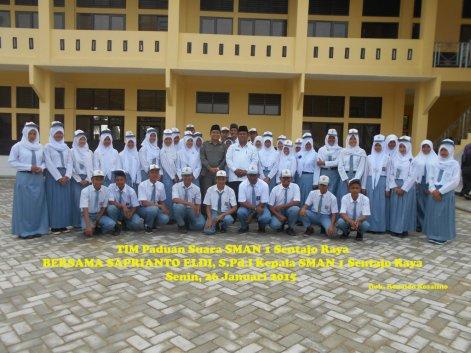 Tim Paduan Suara SMAN 1 Sentajo Raya Bersama Kepala Sekolah ok (1)