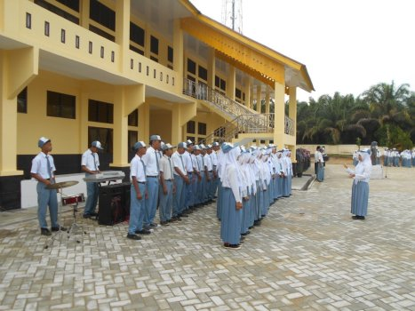 Tim Paduan Suara SMAN 1 Sentajo Raya Bersama Kepala Sekolah ok (2)
